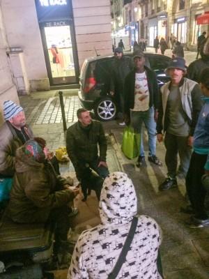 Distribution de repas aux personnes de la rue par les jeunes